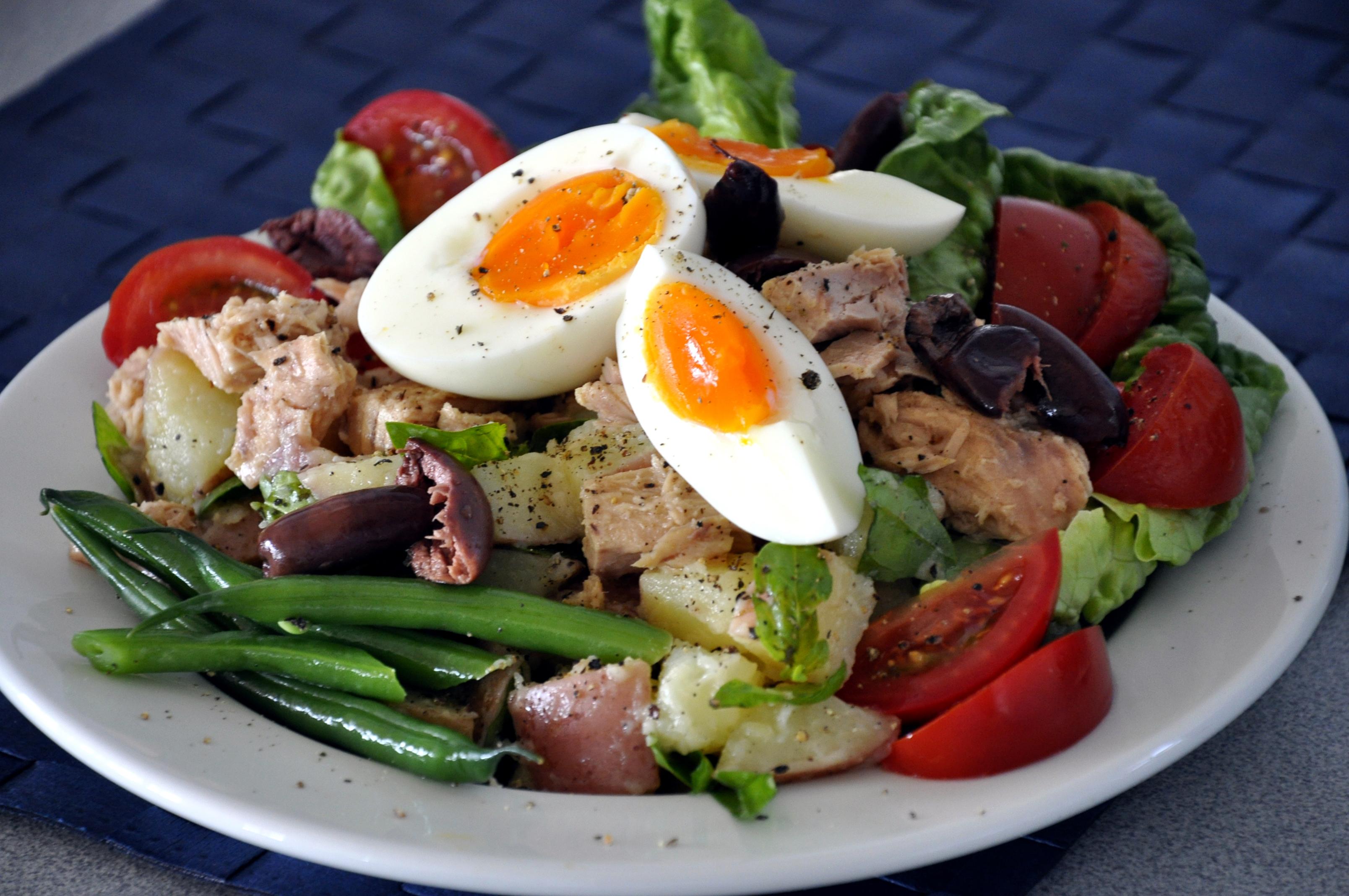 L'insalata nizzarda è la soluzione ideale per risolvere un pranzo o una cena quando le temperature iniziano a salire.